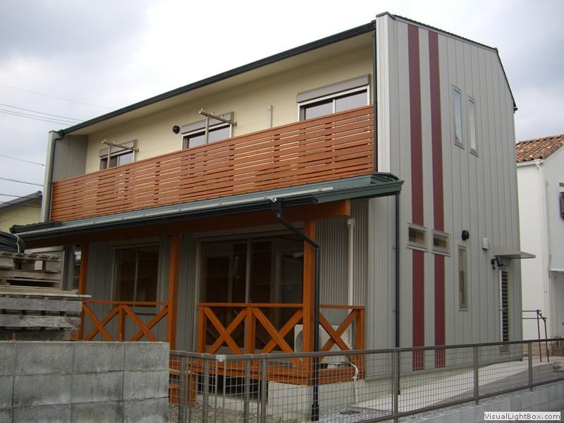 ガルバリウム鋼板とデッキの家(外観)