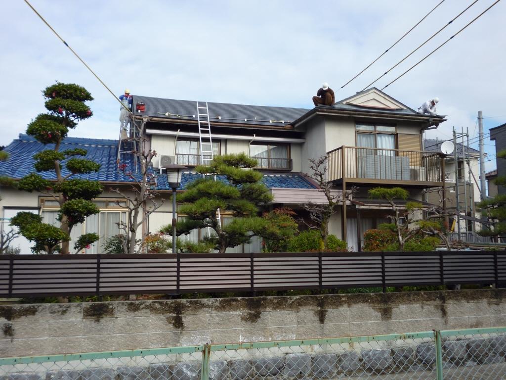 大屋根から順に、瓦から金属屋根に 葺き替えていきます。