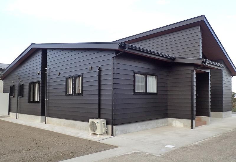 インナーガレージのある平屋の家(外観2)